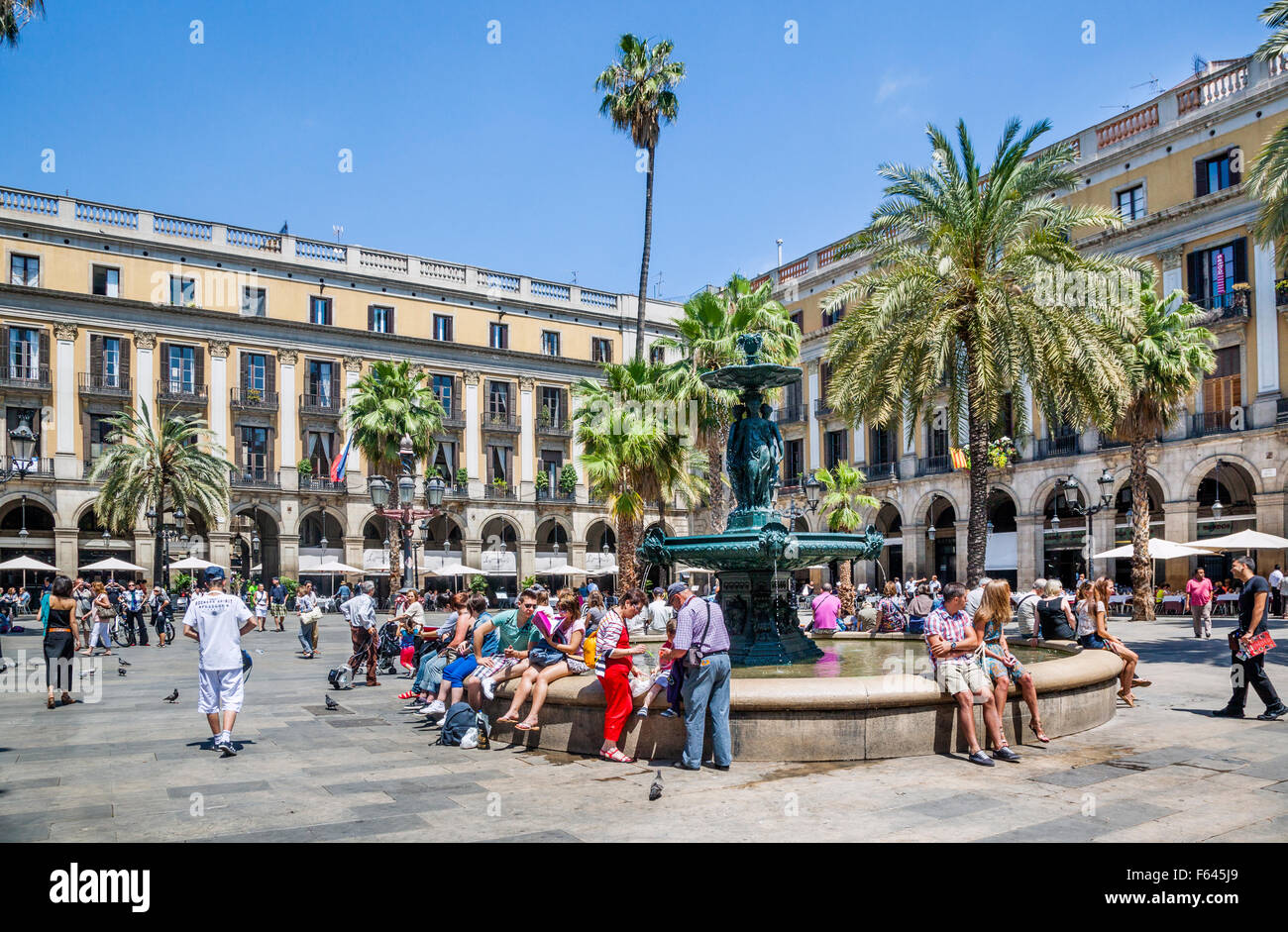 Spain, Catalonia, Barcelona, Barri Góthic, fountain at Placa Reial, a popular meeting point and outdoor venue - Stock Image