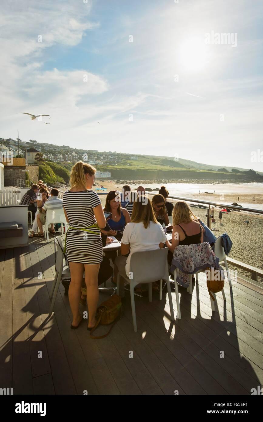 Holidaymakers at the Porthmeor Beach Cafe (Porthmeor, Cornwall) - Stock Image