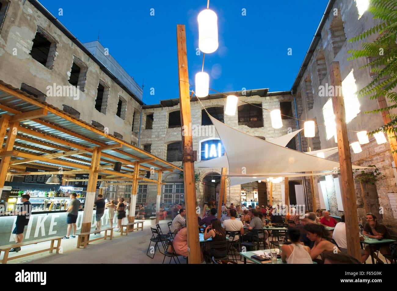 Night life in Budapest, Hungary – ruin pub 'Anker't' in a former factory with a courtyard - Stock Image