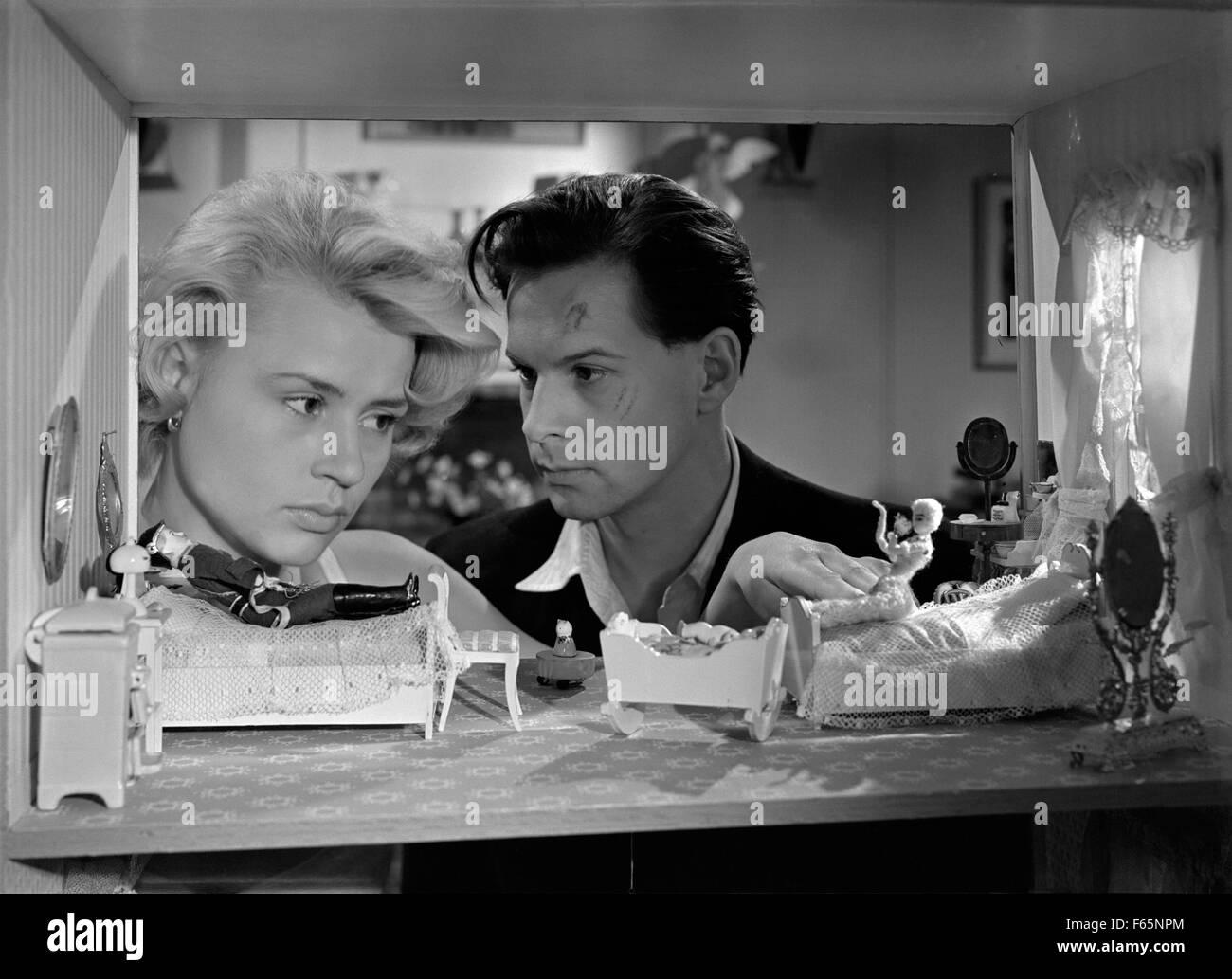 Sista paret ut  Last Pair Out Year : 1956 Sweden Director : Alf Sjoberg Eva Dahlbeck, Bjorn Bjelfvenstam - Stock Image