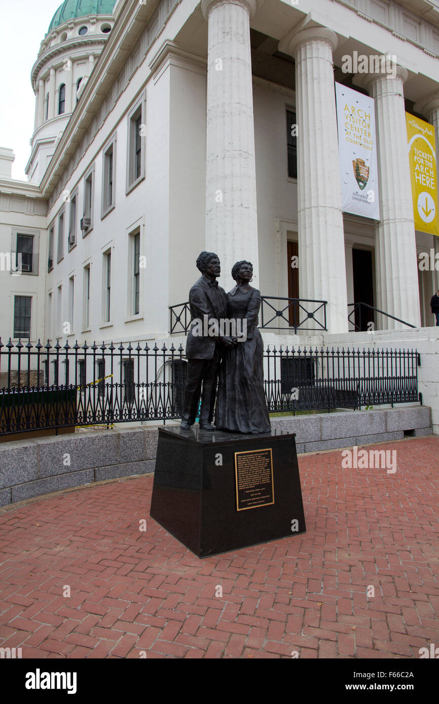 A sculpture memorializing Dred and Harriet Scott stands in front of the Old Courthouse, St. Louis, MO - Stock Image