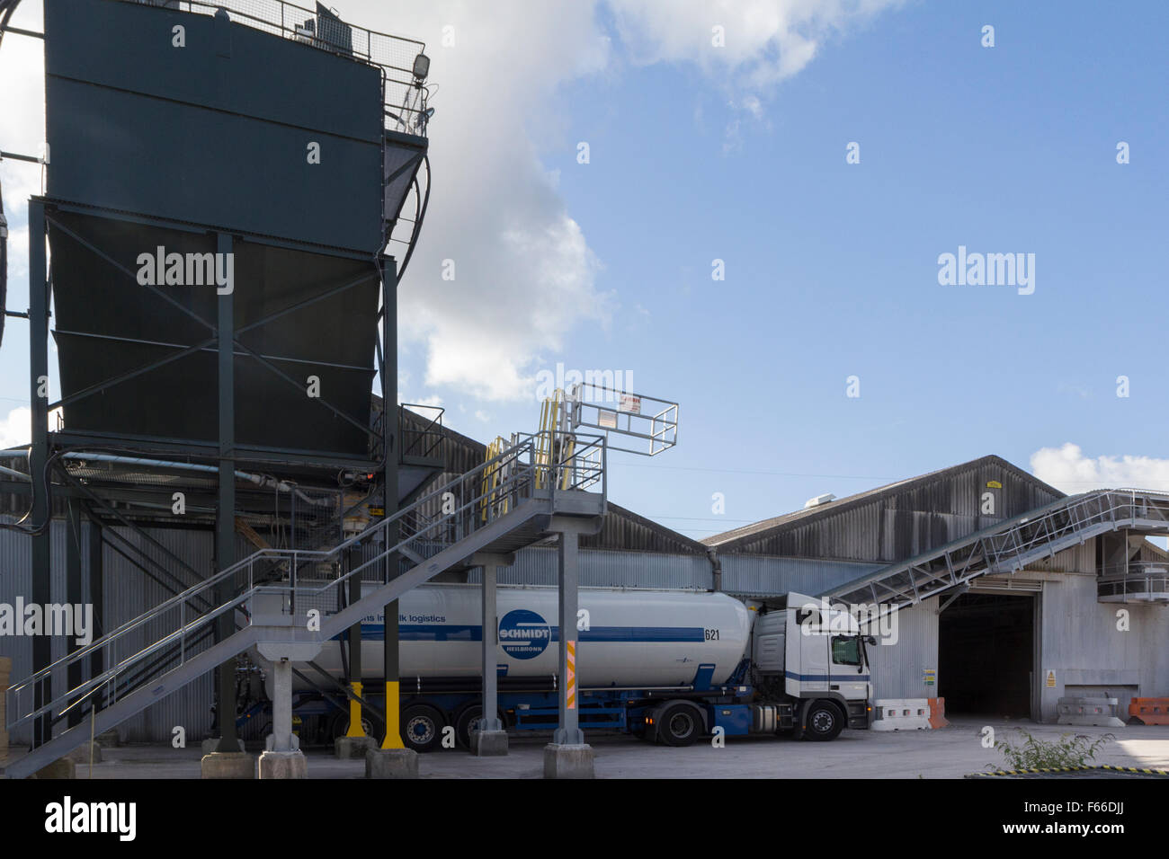 Schmidt Bulk powder tanker reversing under silo to load powdered Ball clay for overseas delivery - Stock Image