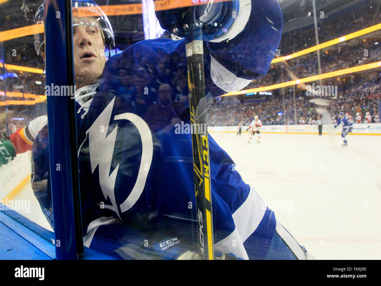 Tampa, Florida, USA. 12th Nov, 2015. DIRK SHADD | Times .Tampa Bay Lightning Erik Condra (22) works the puck along - Stock Image
