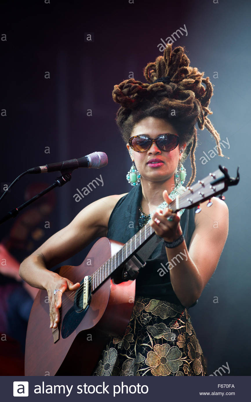 Valerie June performing live - Stock Image