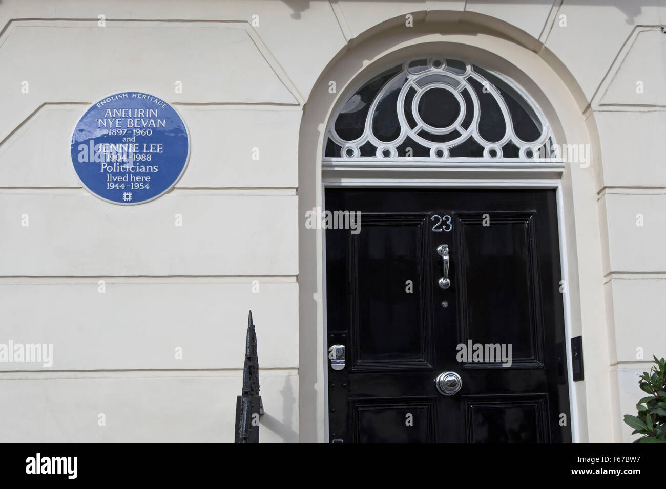 english heritage blue plaque marking a  home of politicians aneurin 'nye' bevan and jennie lee, in belgravia, - Stock Image