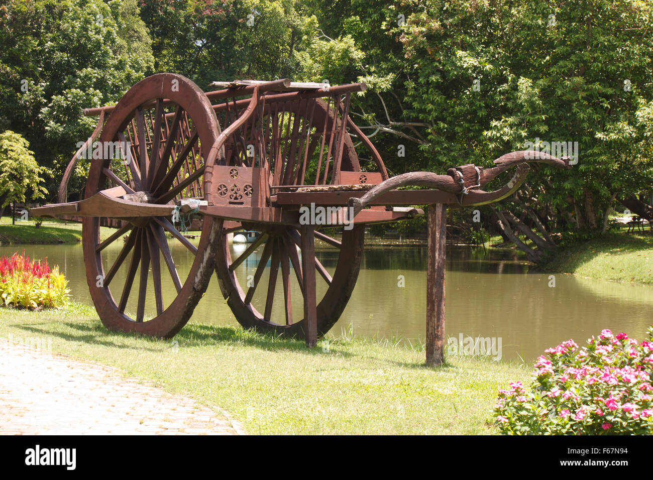 Old Wagon Wheel Flowers In Stock Photos & Old Wagon Wheel Flowers In ...