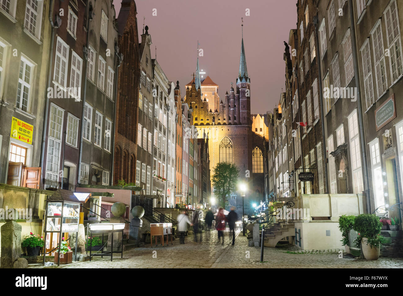 Mariacka Street (St. Mary's basilica in background) by night. Mariacka is the main shopping street for amber - Stock Image