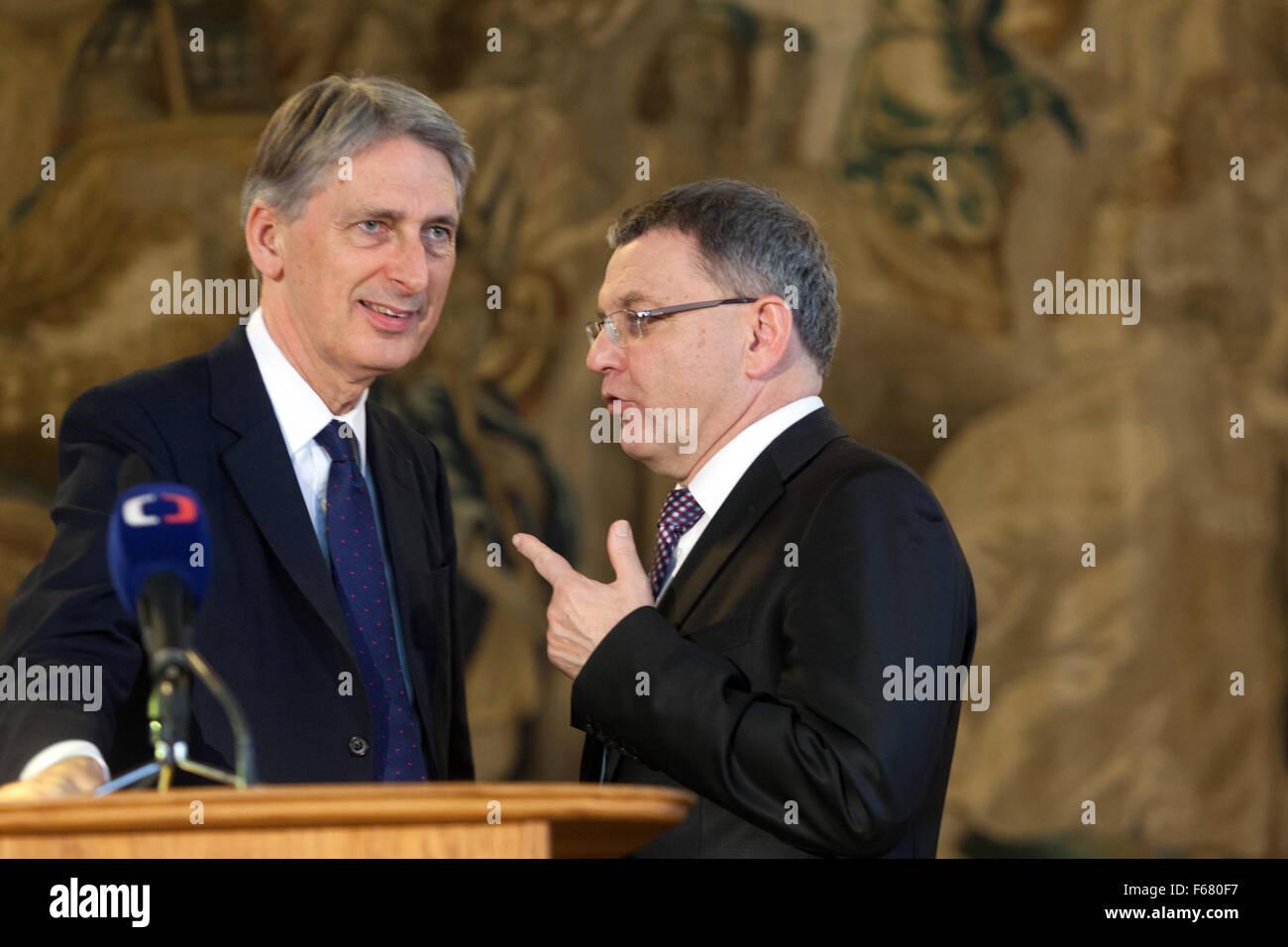 Prague, Czech Republic. 13th November, 2015. British Foreign Secretary Philip Hammond (L) and Czech Foreign Minister - Stock Image