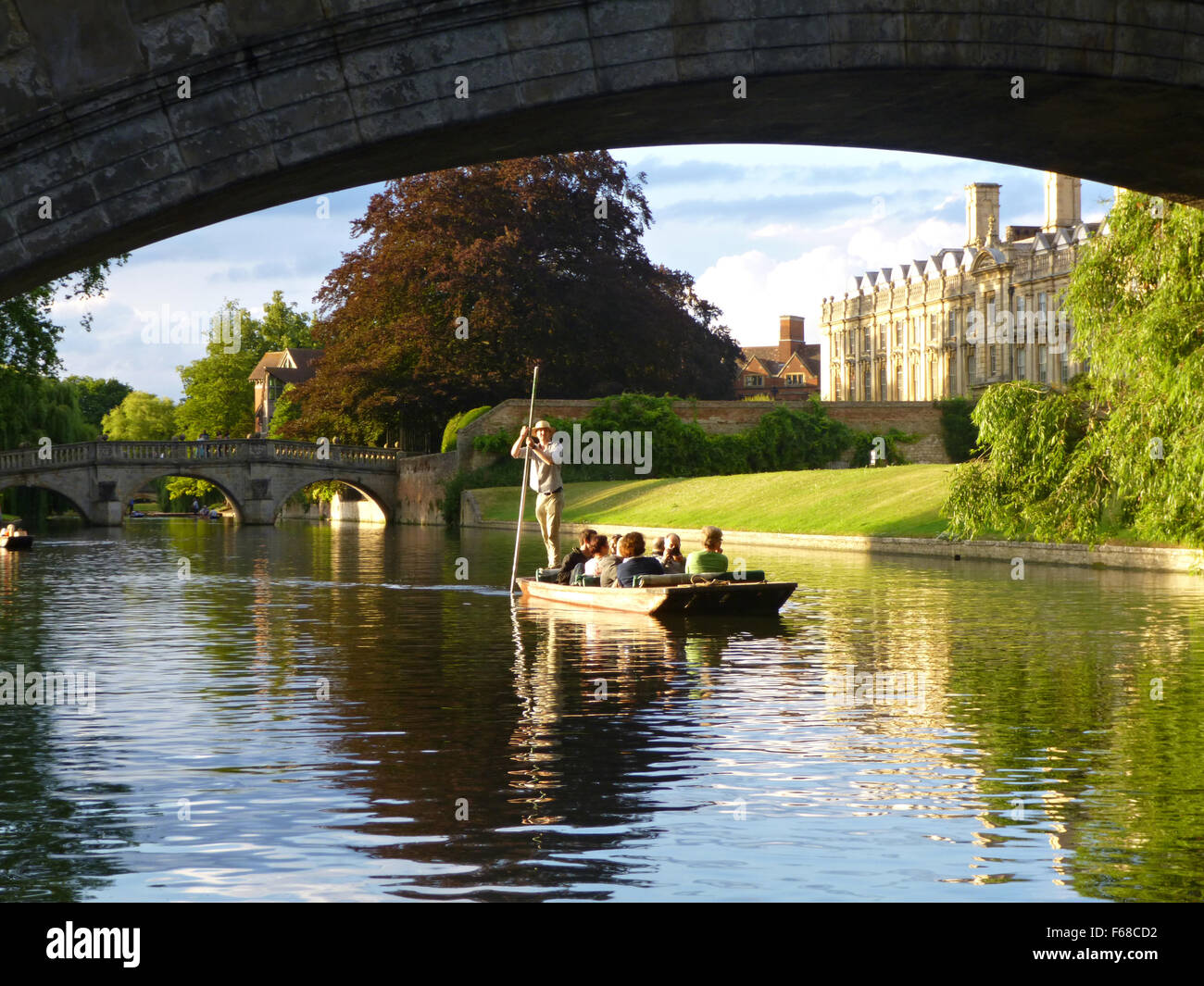View of a punt on the River Cam, in front of Clare College, Cambridge, UK. Framed by King's College bridge - Stock Image