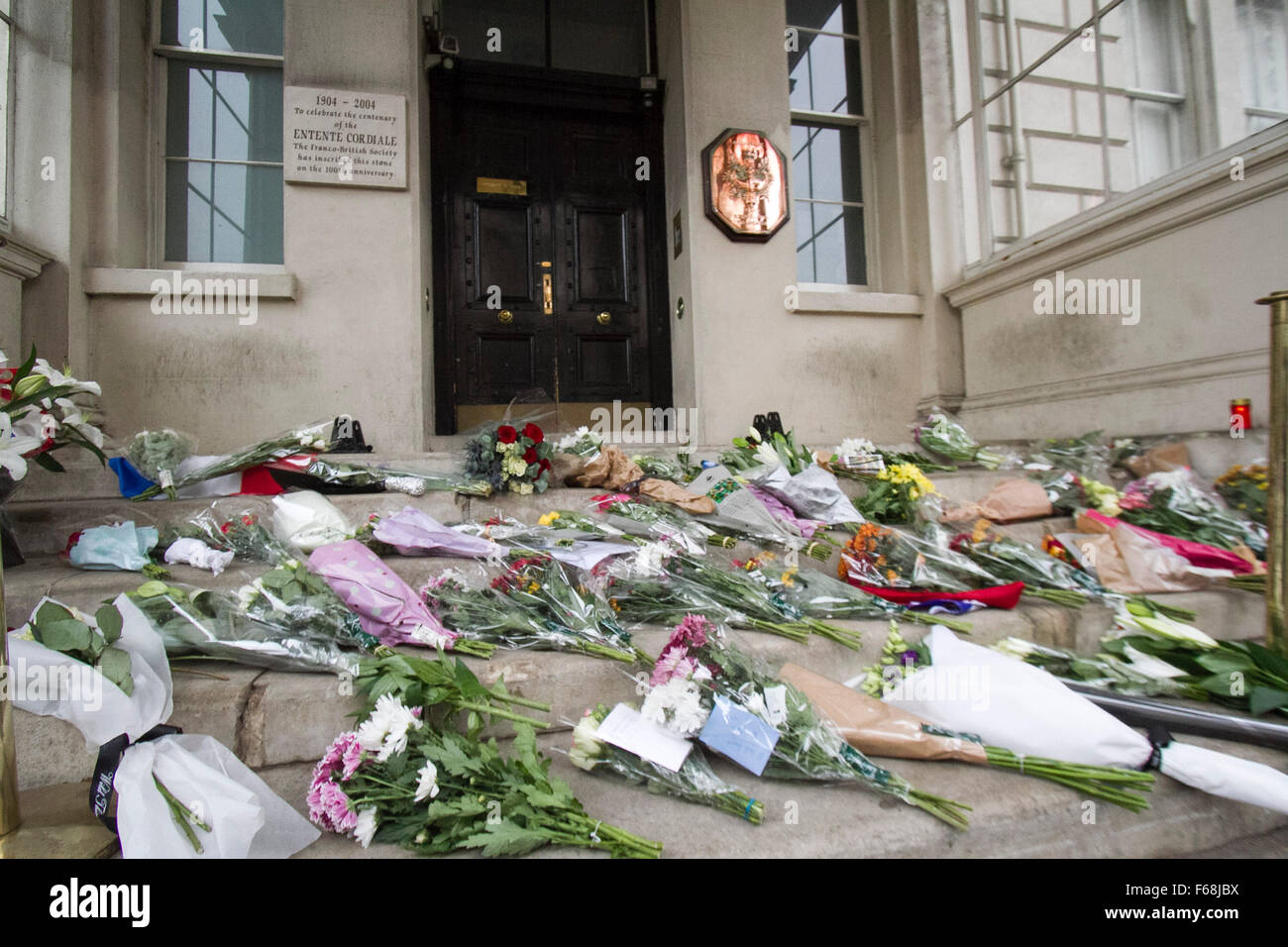 London,UK. 14th November 2015. Floral tributes and condolence cards are placed on the steps of the French embassy Stock Photo