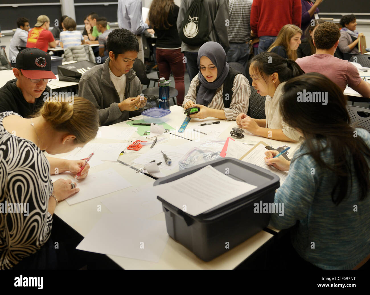 Electrical engineering class with ethnic and gender diversity - group of university students collaborating on a - Stock Image