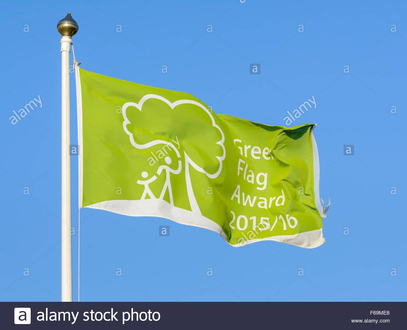 Green Flag Award 2015/16 flag at Mewsbrook Park in Littlehampton, West Sussex, England, UK. - Stock Image