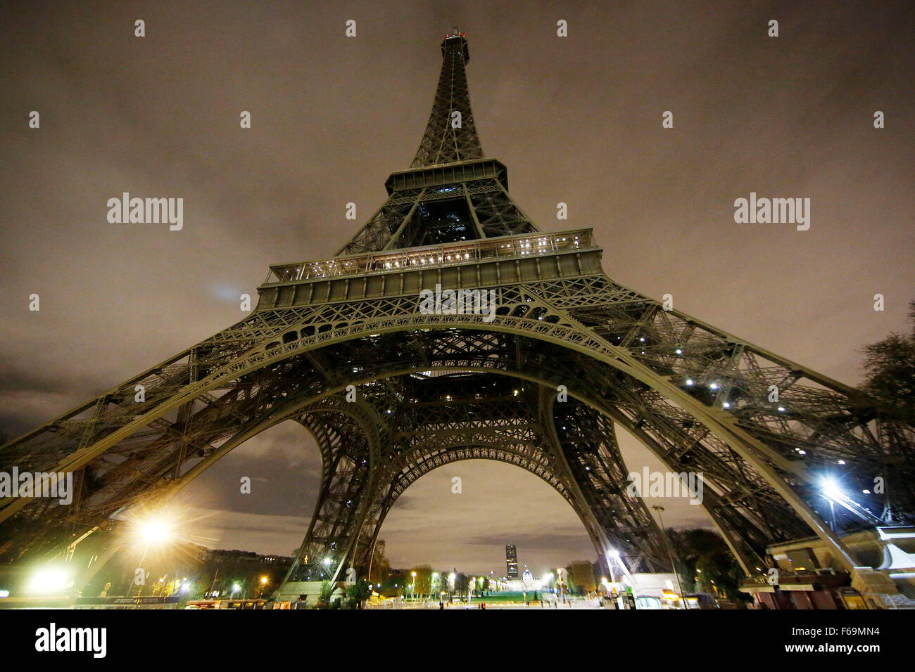 Paris, France. 14th Nov, 2015. A view of the unlit the Eifel tower in Paris, France, 14 November 2015. At least - Stock Image
