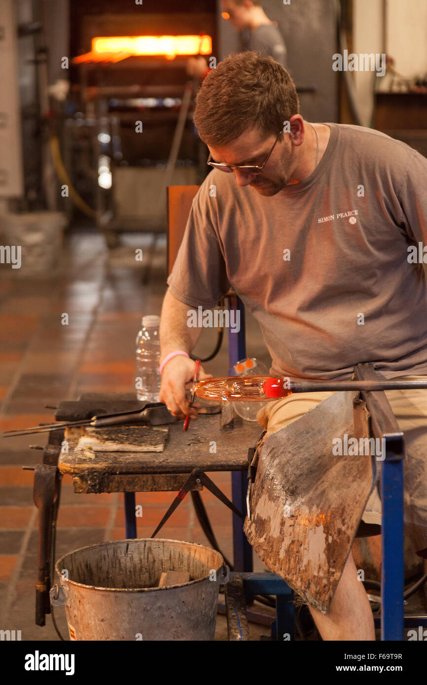 A glass blower at work, Simon Pearce glassworks, Quechee, Vermont VT USA - Stock Image