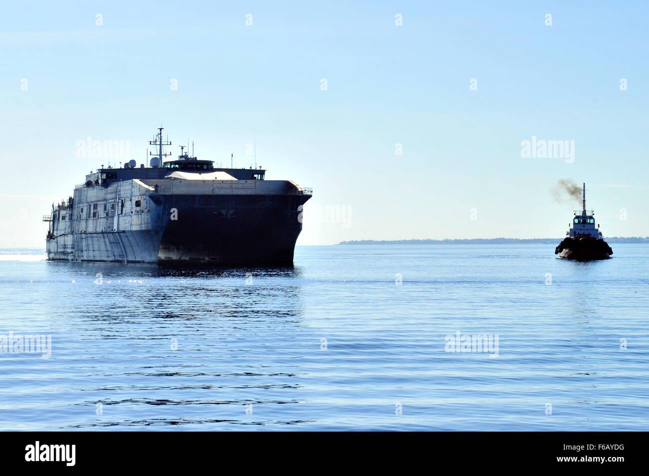 150817-N-YF678-012 DA NANG, Vietnam (Aug. 17, 2015) – The Military Sealift Command joint high speed vessel USNS - Stock Image