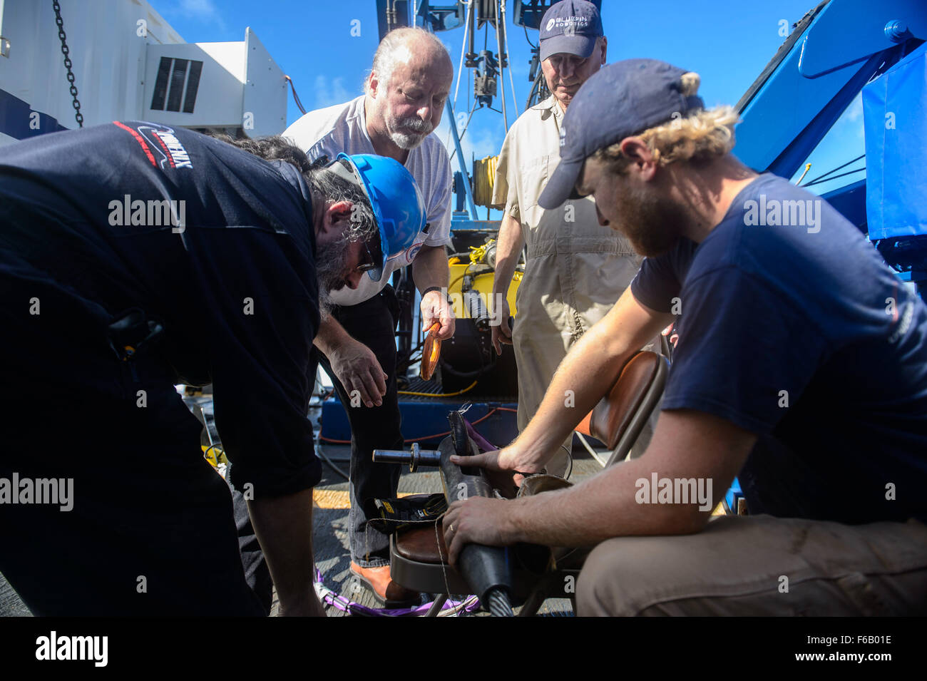 151023-N-RZ218-131   BAHAMAS (Oct. 23, 2015) Contractors with Phoenix International Incorporated prepare a tow pinger - Stock Image