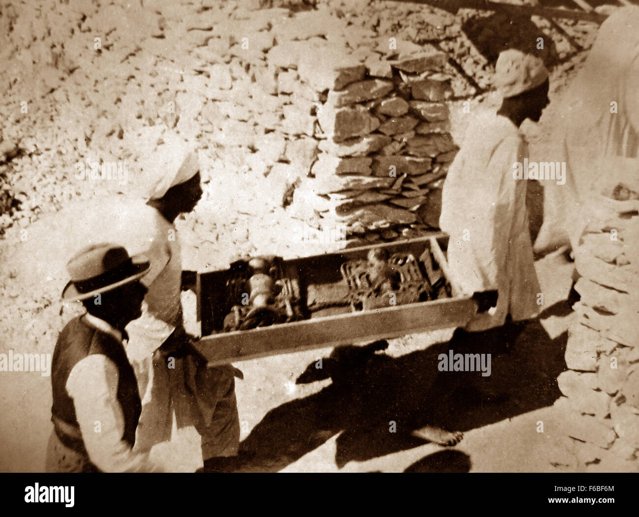 Removing items from the tomb of Tutankhamun in the Valley of the Kings, Egypt in 1922 - Stock Image