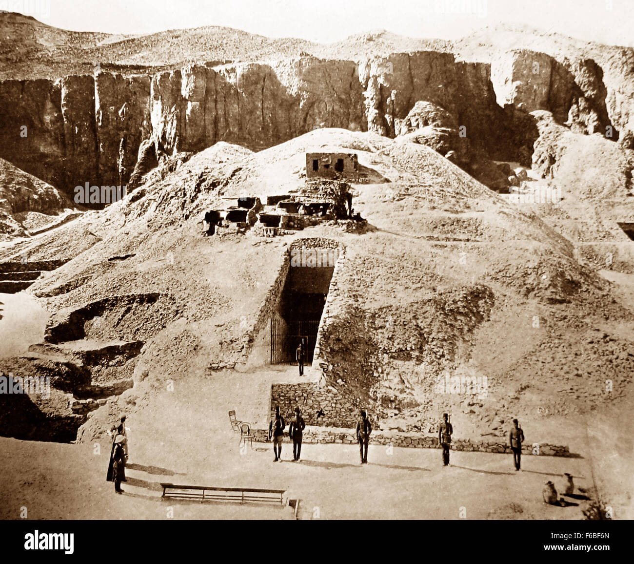 Guarding the tomb of Tutankhamun in the Valley of the Kings, Egypt in 1922 - Stock Image