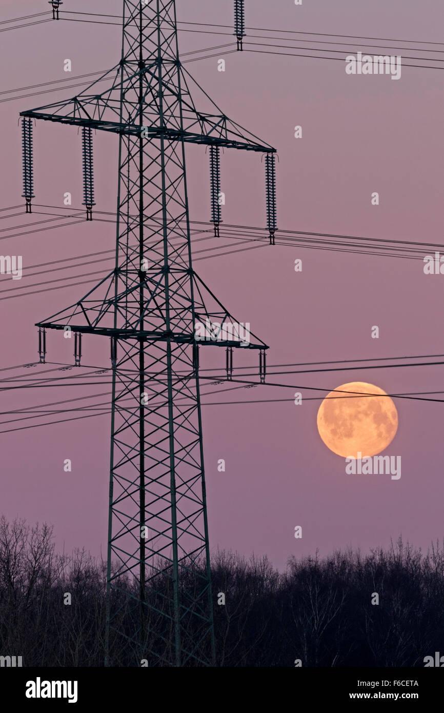 Hochspannungsmast bei Vollmond, Schleswig Holstein, Deutschland / Electricity pylon at full moon, Schleswig Holstein, - Stock Image