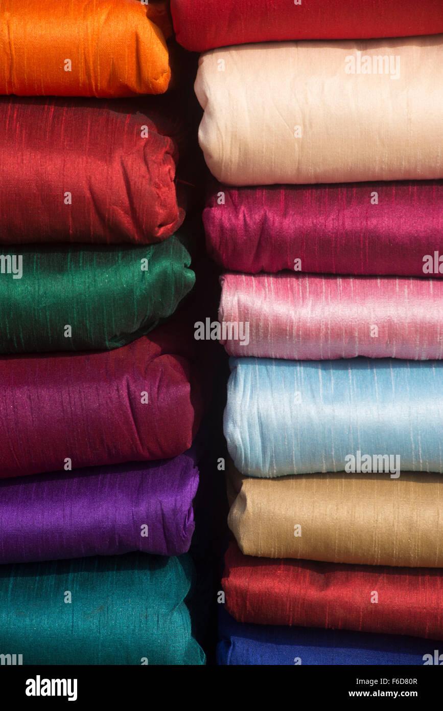 Bundles of colourful silk cloth for sale, surajkund mela, faridabad, haryana, india, asia - Stock Image