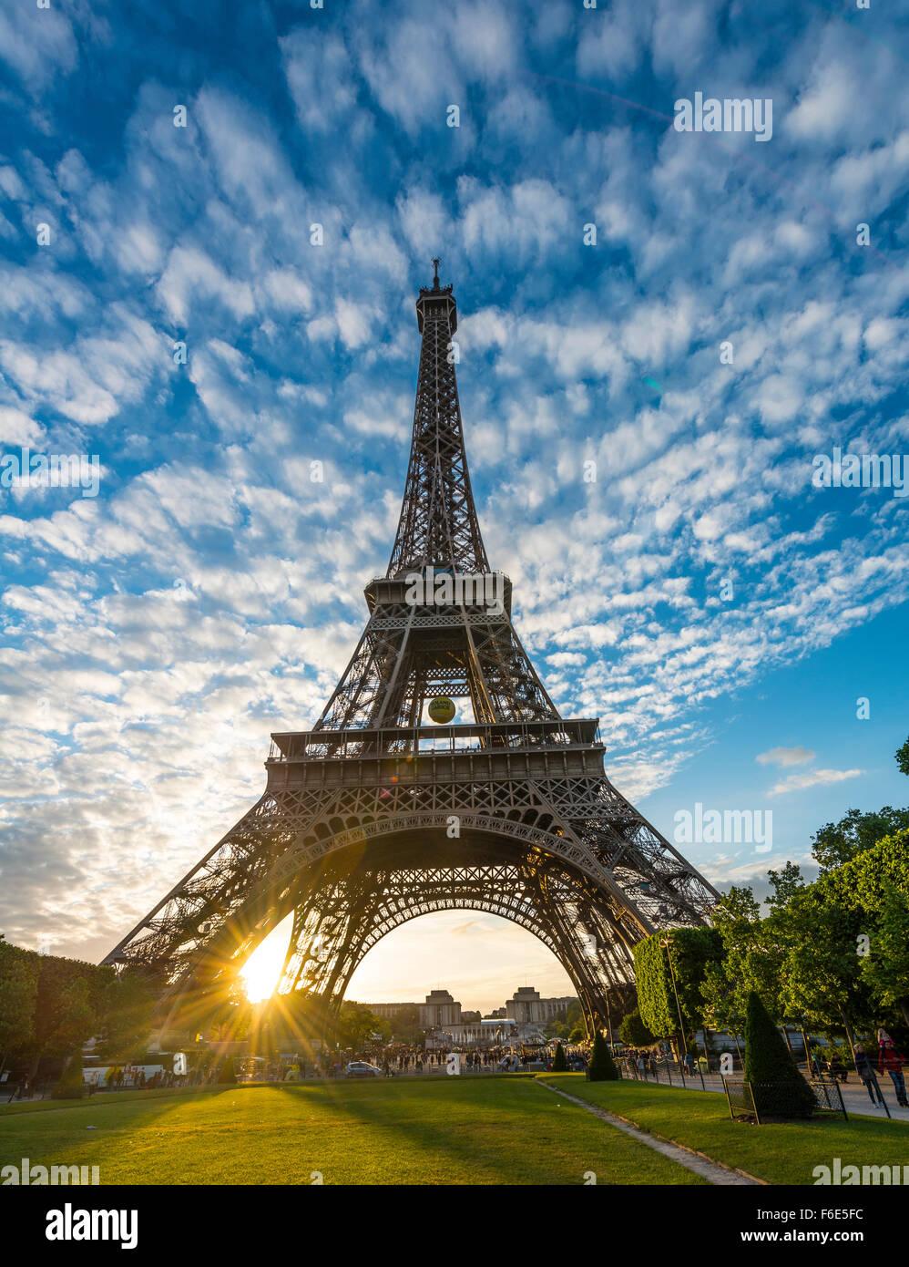 Sunset behind Eiffel Tower, Champ de Mars, Paris, Ile-de-France, France - Stock Image
