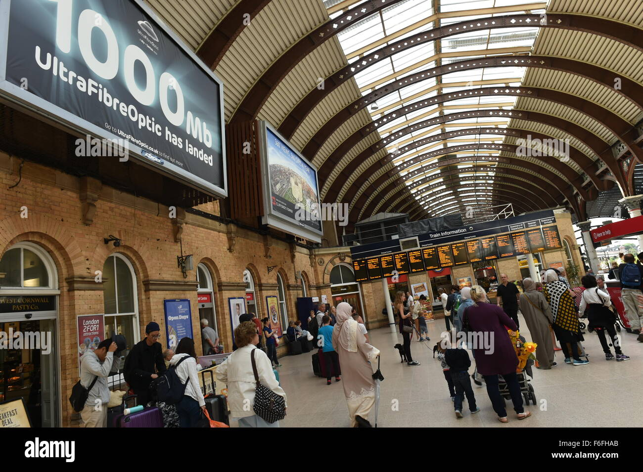 Crowds fill the platforms at  York Railway Station - Stock Image