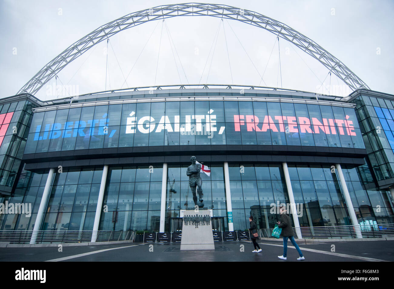 London, UK.  17 November 2015.  The Bobby Moore statue at  Wembley Stadium ahead of the football friendly between - Stock Image