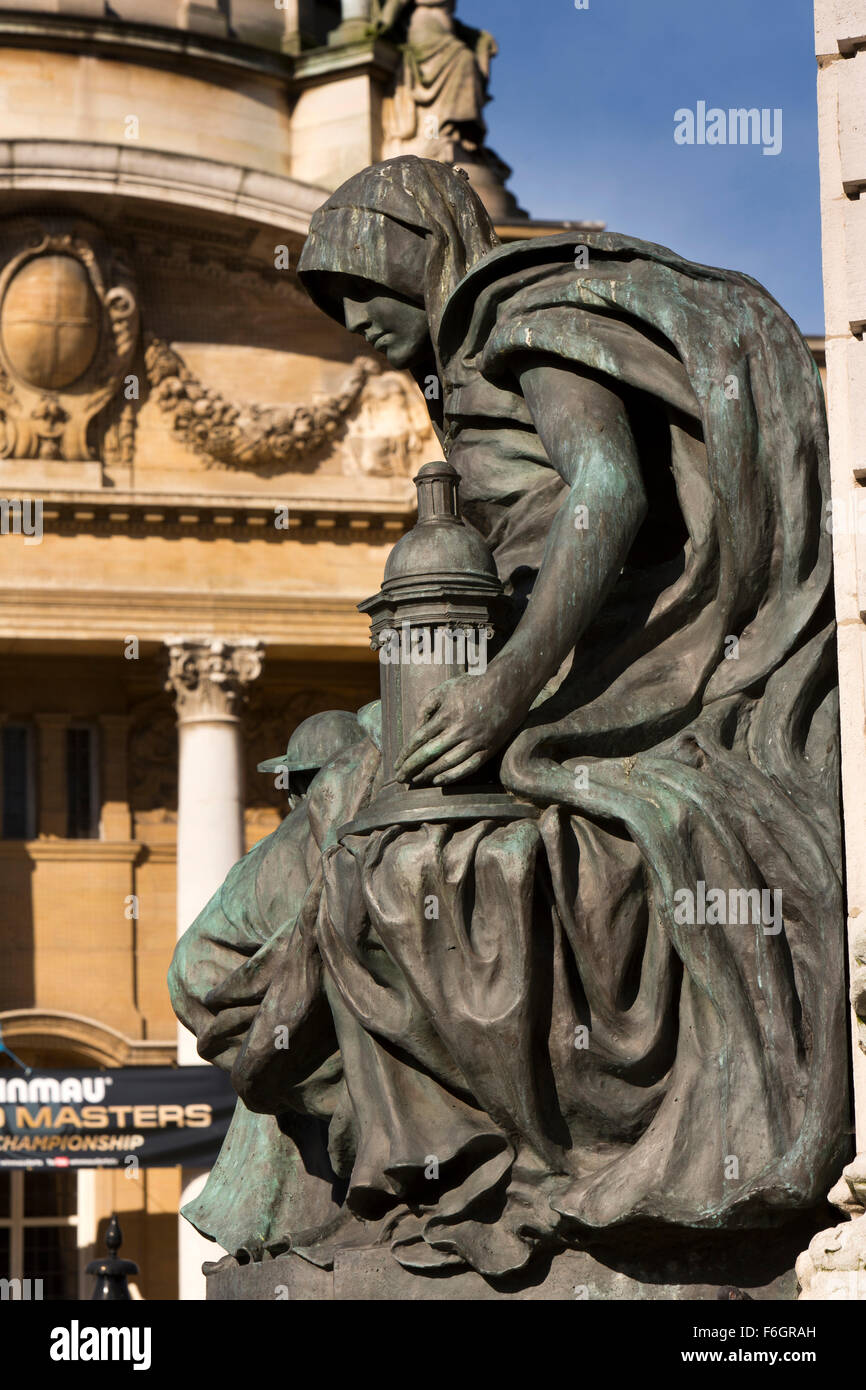 UK, England, Yorkshire, Hull, Queen Victoria Diamond Jubilee memorial, supporting figure holding lamp - Stock Image
