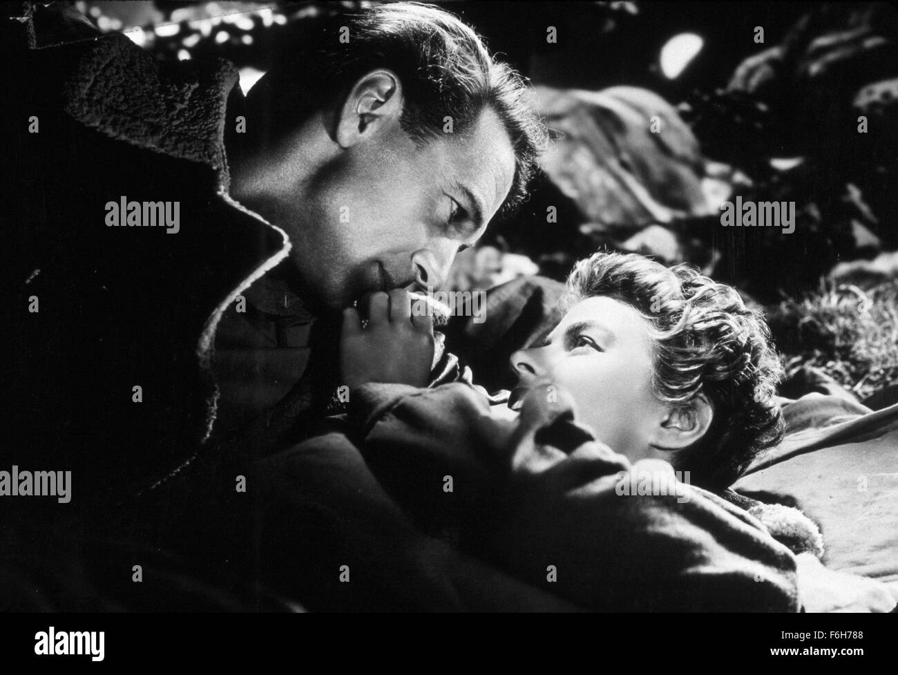 1943, Film Title: FOR WHOM THE BELL TOLLS, Director: SAM WOOD, Studio: PARAMOUNT, Pictured: INGRID BERGMAN, GARY - Stock Image