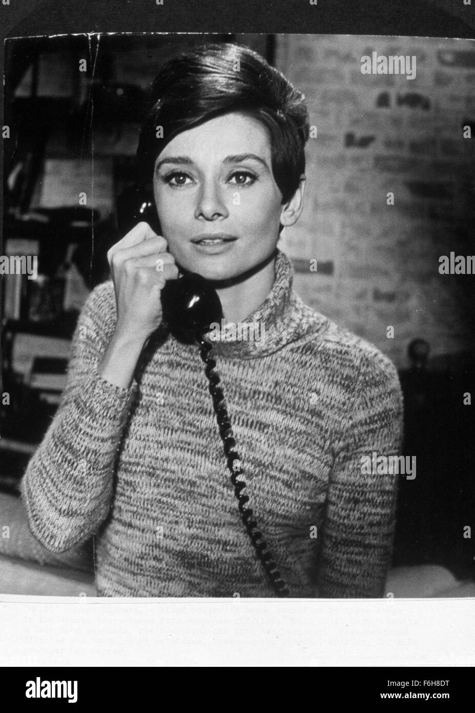1967, Film Title: WAIT UNTIL DARK, Director: TERENCE YOUNG, Pictured: ACCESSORIES, AUDREY HEPBURN, TELEPHONE, TELEPHONING, - Stock Image