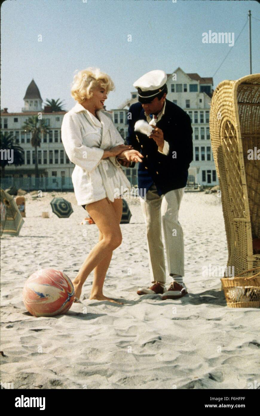 1959, Film Title: SOME LIKE IT HOT, Director: BILLY WILDER, Studio: UA, Pictured: SUNNY, 1959, BEACH, BEHIND THE - Stock Image
