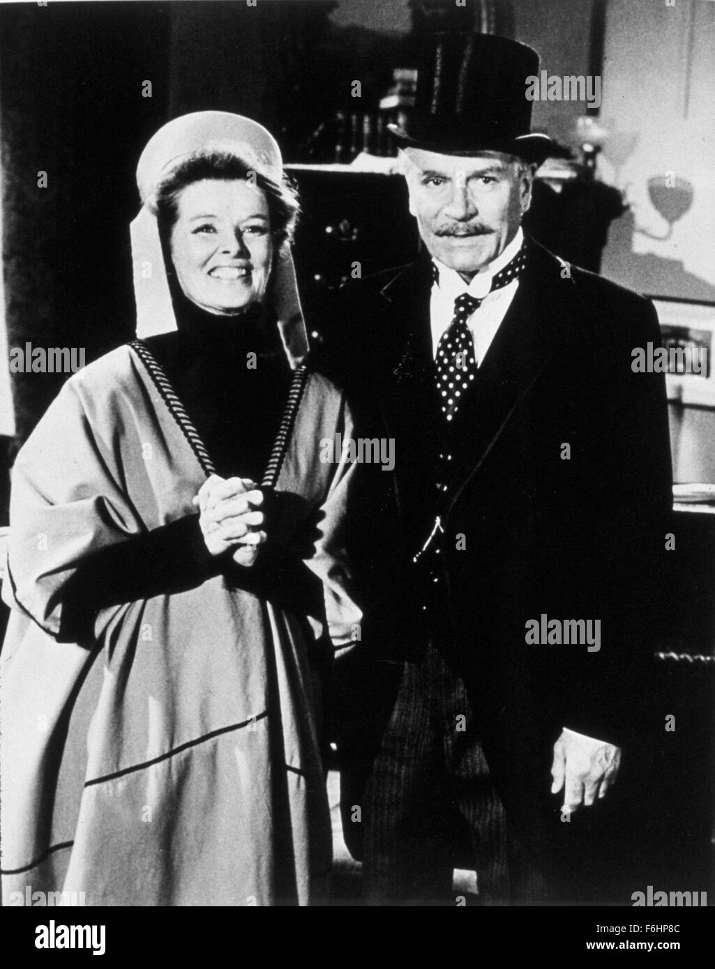1975, Film Title: LOVE AMONG THE RUINS, Director: GEORGE CUKOR, Pictured: HANDS CLASPED, KATHARINE HEPBURN, LAURENCE - Stock Image