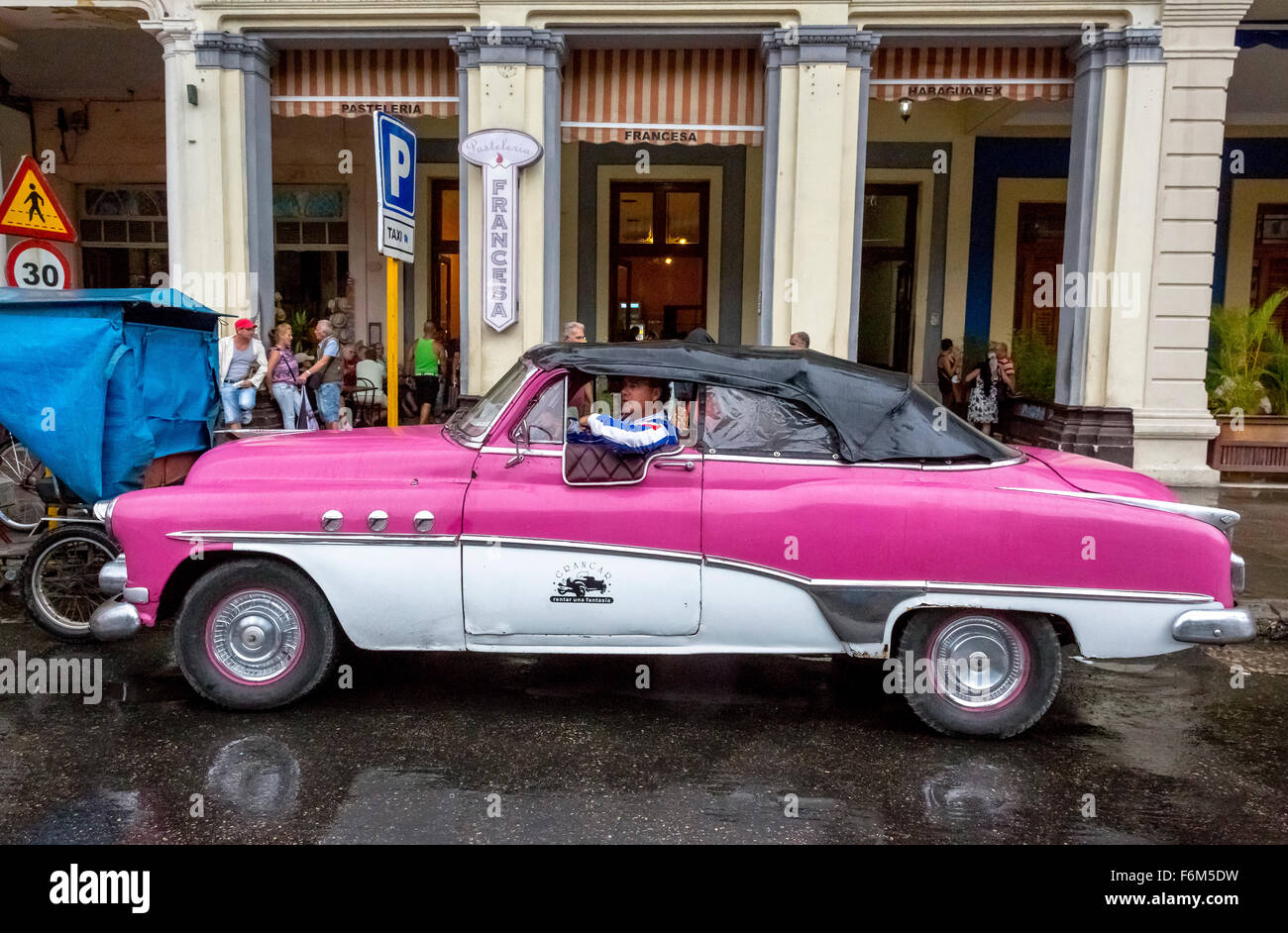 Oldtimer, convertible in the rain with closed roof, old limousines, pink, rain in Cuba, Street Scene, Cuba, North - Stock Image