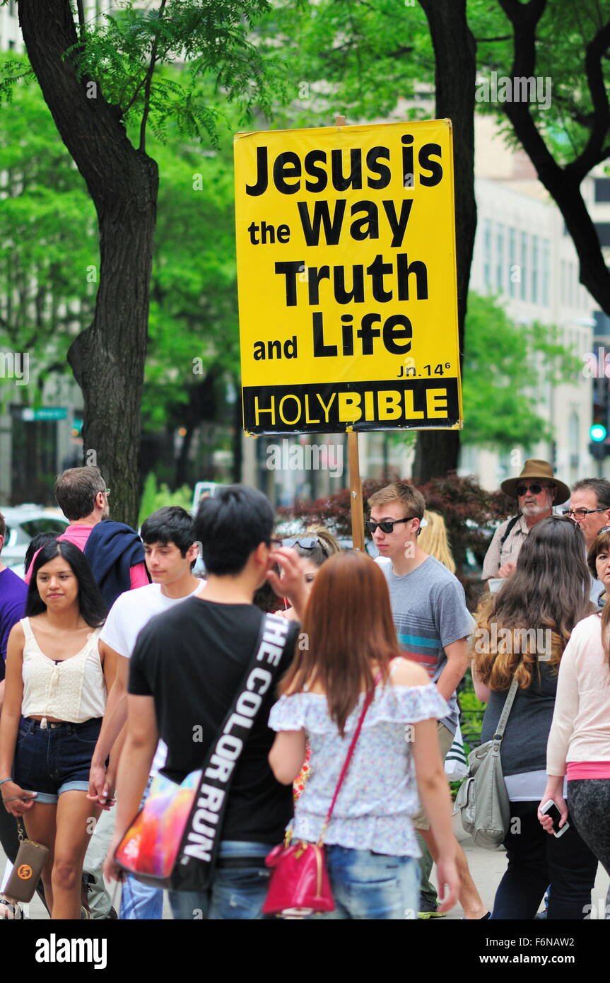 Man with a biblical message in the midst of a crowd of shoppers along Chicago's Michigan Avenue., aka the Magnificent - Stock Image