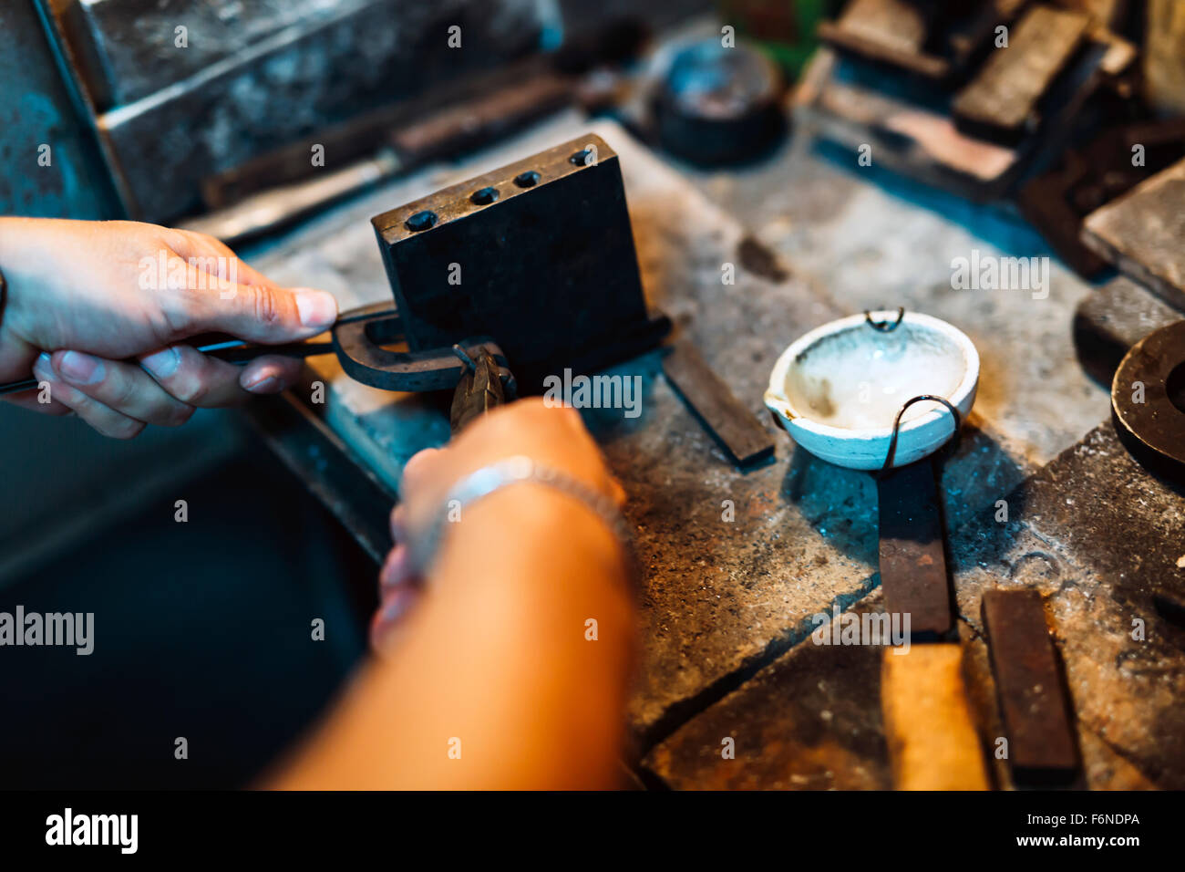 Goldsmith crafting jewels the traditional way - Stock Image