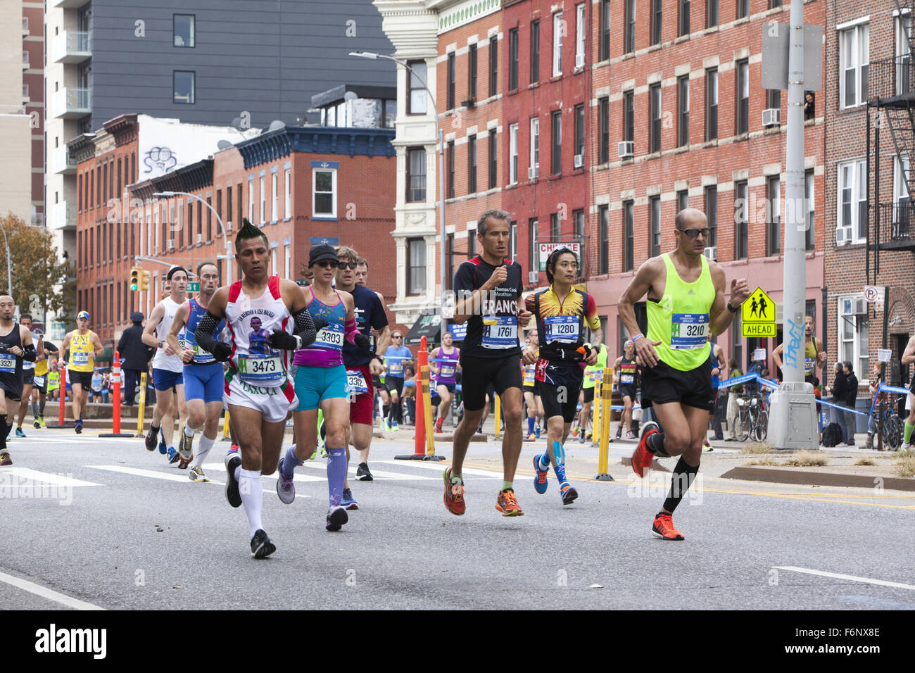 Runners race up 4th Avenue through Park Slope Brooklyn during the 1st leg of the NY City Marathon. - Stock Image