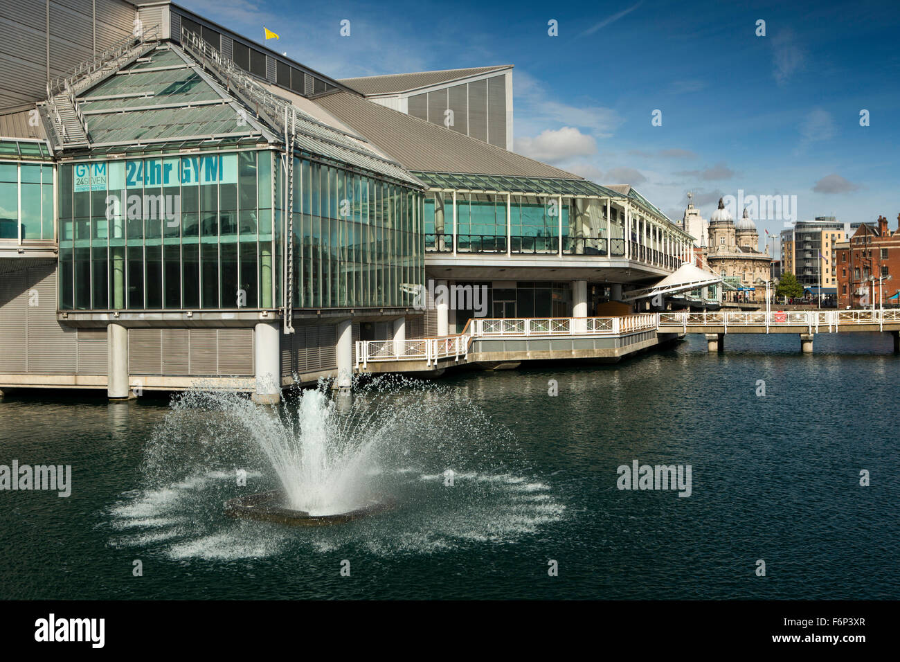 UK, England, Yorkshire, Hull, Princes Dock Shopping Centre, fountain by 24 hour gym - Stock Image