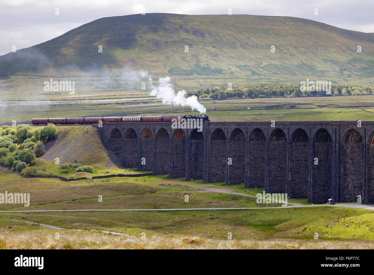 Ribblehead Viaduct. Steam train LMS Jubilee Class Leander 45690 crossing the viaduct below Park Fell hill. - Stock Image