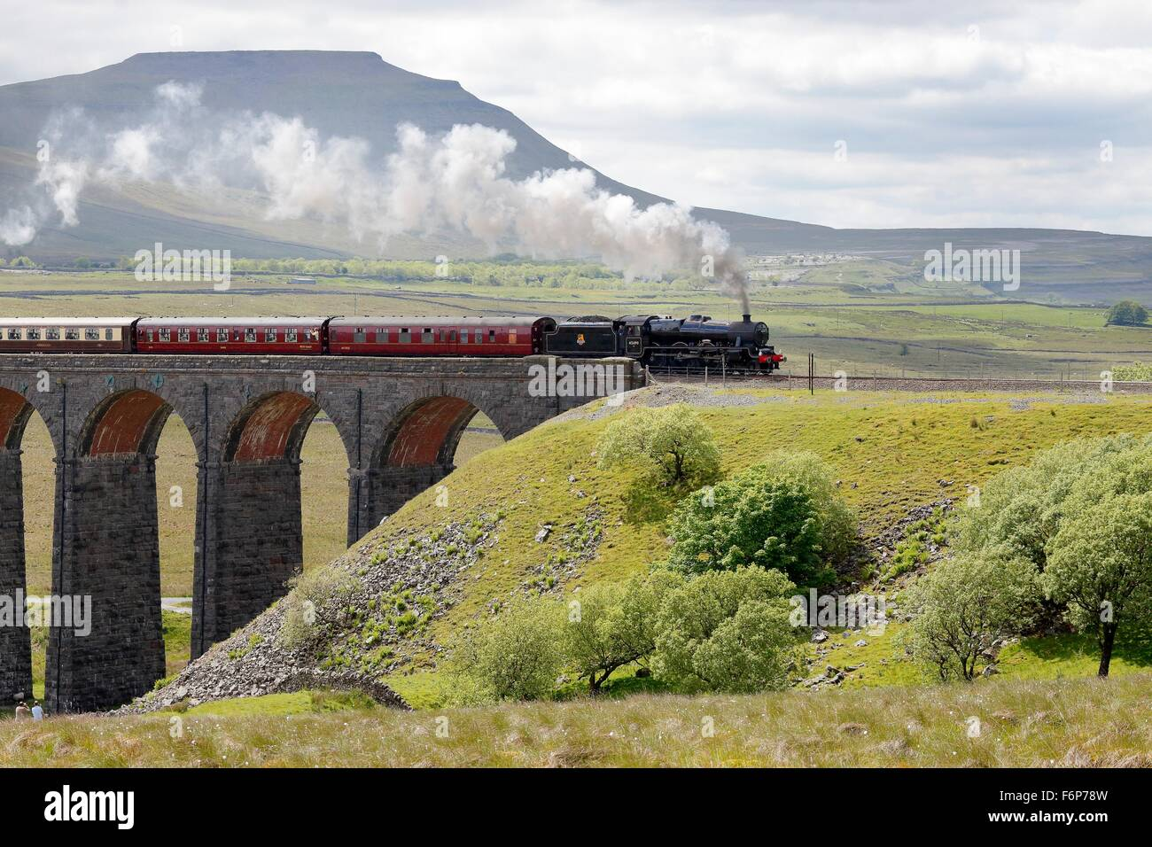 Settle and Carlisle Railway, Ribblehead Viaduct. Steam train LMS Jubilee Class Leander 45690 crossing the viaduct. - Stock Image