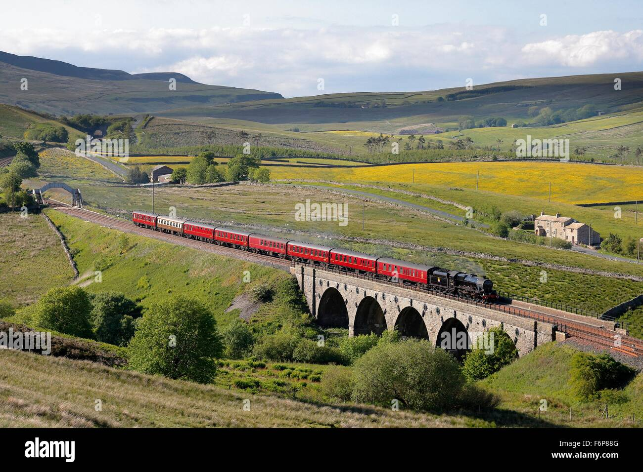 Lunds Viaduct, Settle to Carlisle Railway. Steam locomotive LMS Jubilee Class Leander 45690. Crossing Lunds Viaduct. - Stock Image