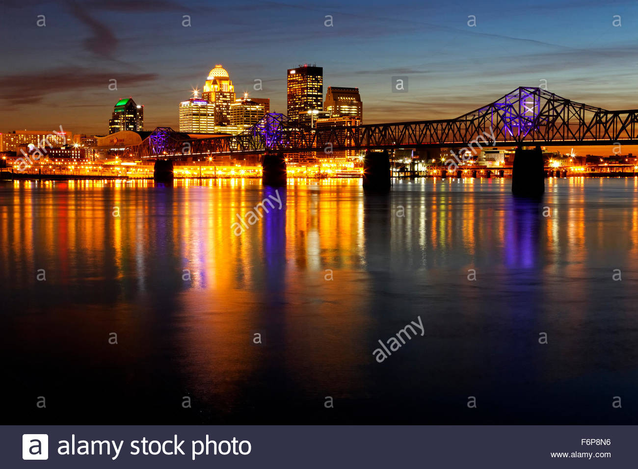 George Rogers Clark Memorial Bridge and Louisville, Kentucky skyline at sunset - Stock Image