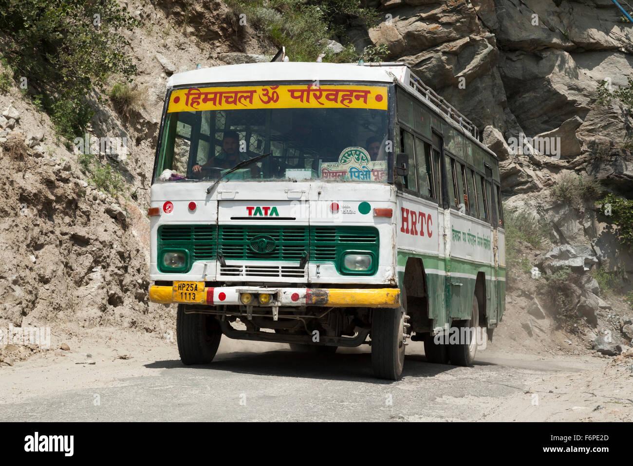 Himachal State Transport Corporation bus negotiates hazardous Himalayan mountain pass - Stock Image