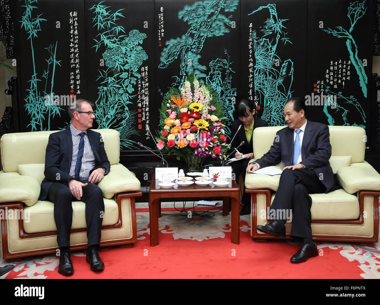 Beijing, China. 18th Nov, 2015. Xinhua News Agency President Cai Mingzhao (R) meets with Australian Associated Press - Stock Image