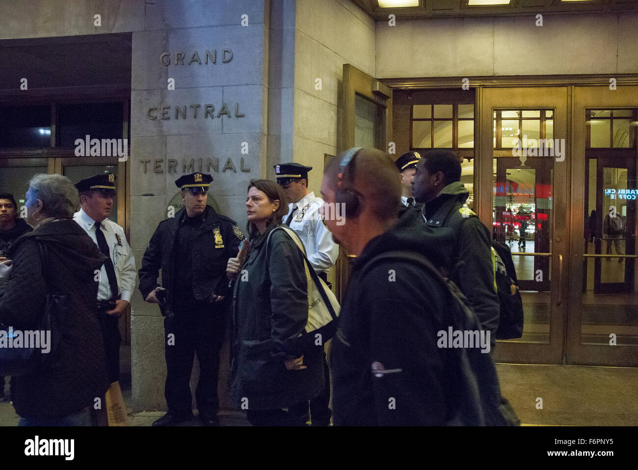 New York, United States. 18th Nov, 2015. A trio of NYPD officers stand near the entrance to Grand Central Terminal, Stock Photo