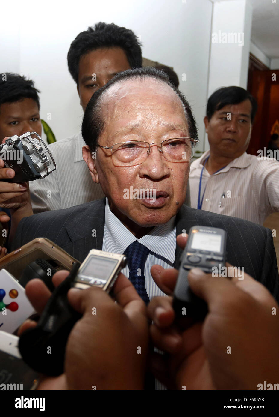 Phnom Penh, Cambodia. 19th Nov, 2015. Cambodian Deputy Prime Minister and Foreign Minister Hor Namhong (C) speaks - Stock Image