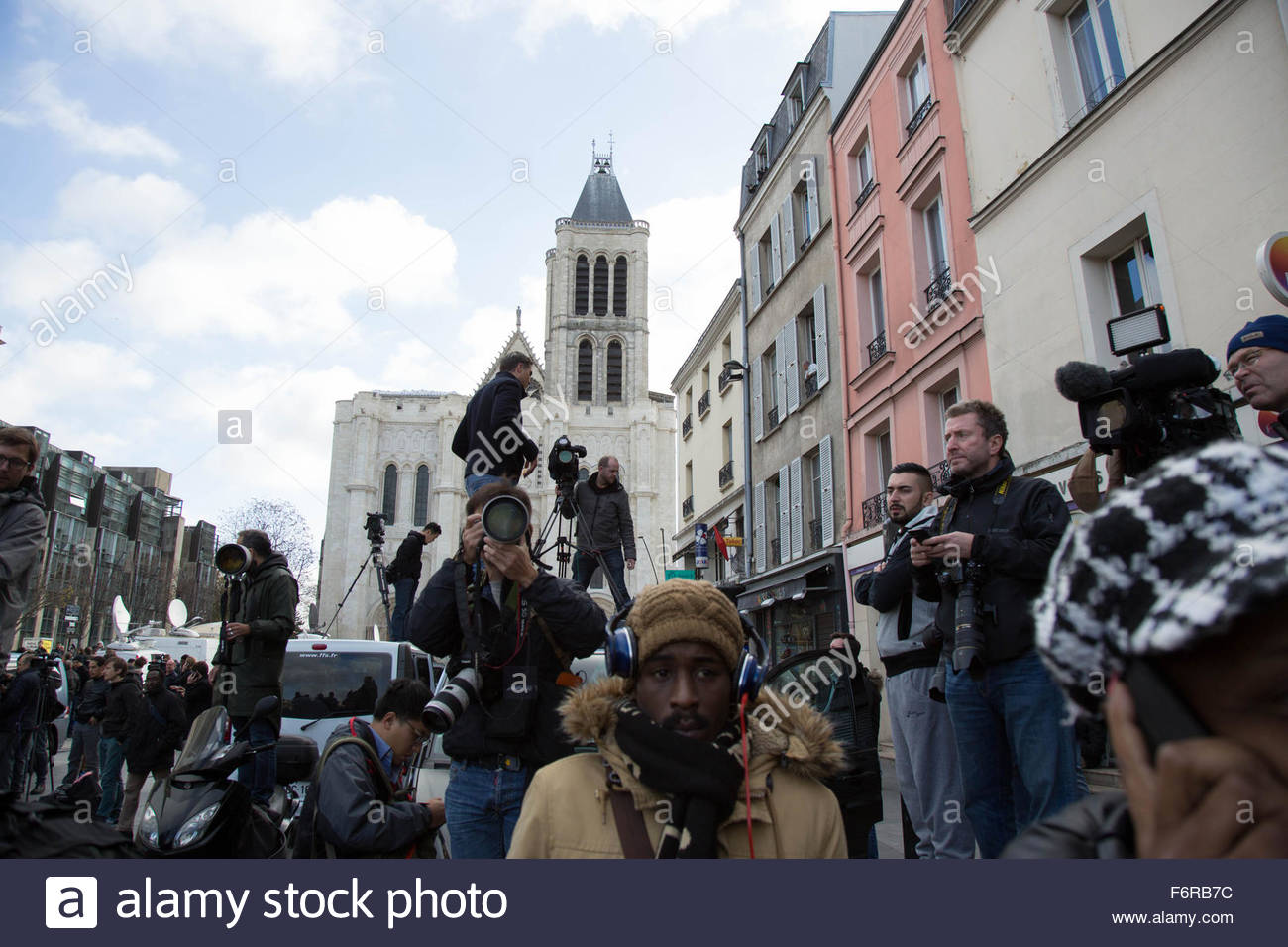 Saint-Denis, France. November 18th, 2015. FRANCE, Saint-Denis: Press photographers and cameramen are seen near a - Stock Image