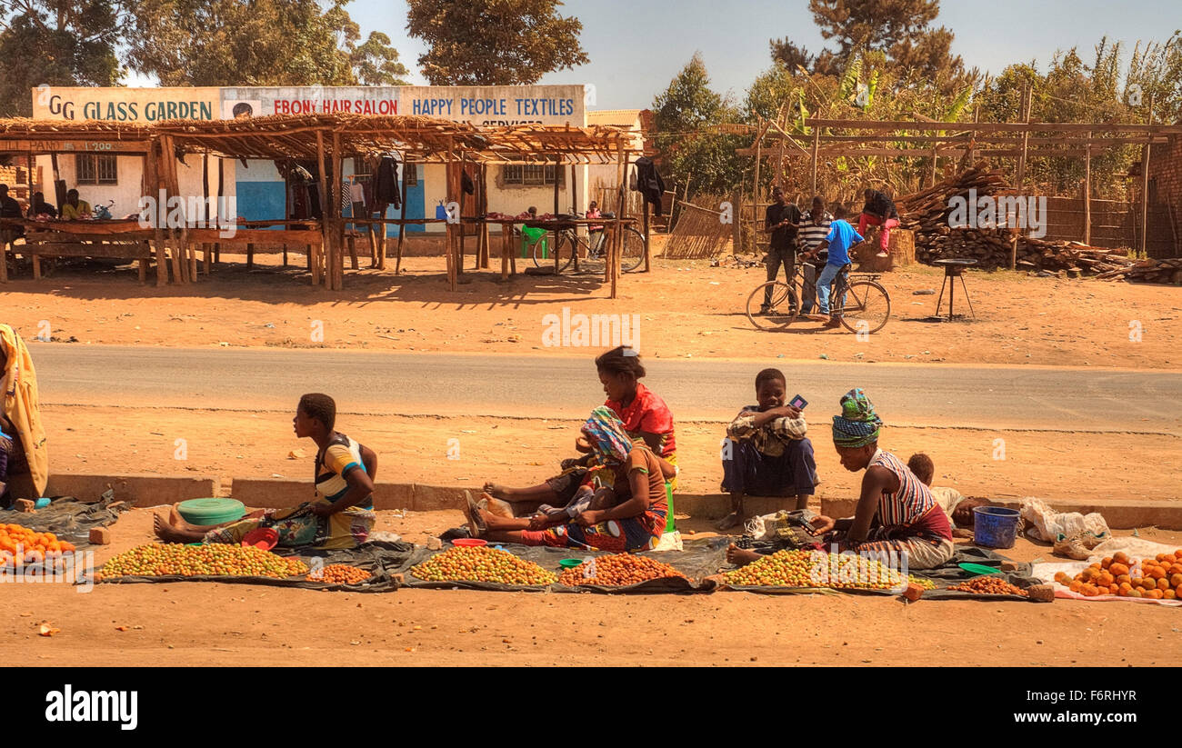 Women selling fruit by the side of the road, Dedza town, Malawi, Africa - Stock Image