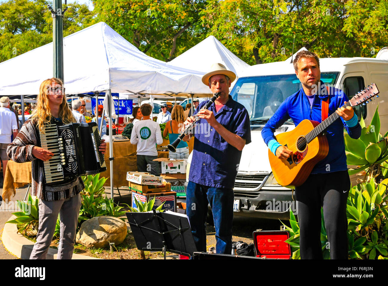 Musicians entertain the shoppers at the weekly Saturday Farmers Market in Santa Barbara, California - Stock Image