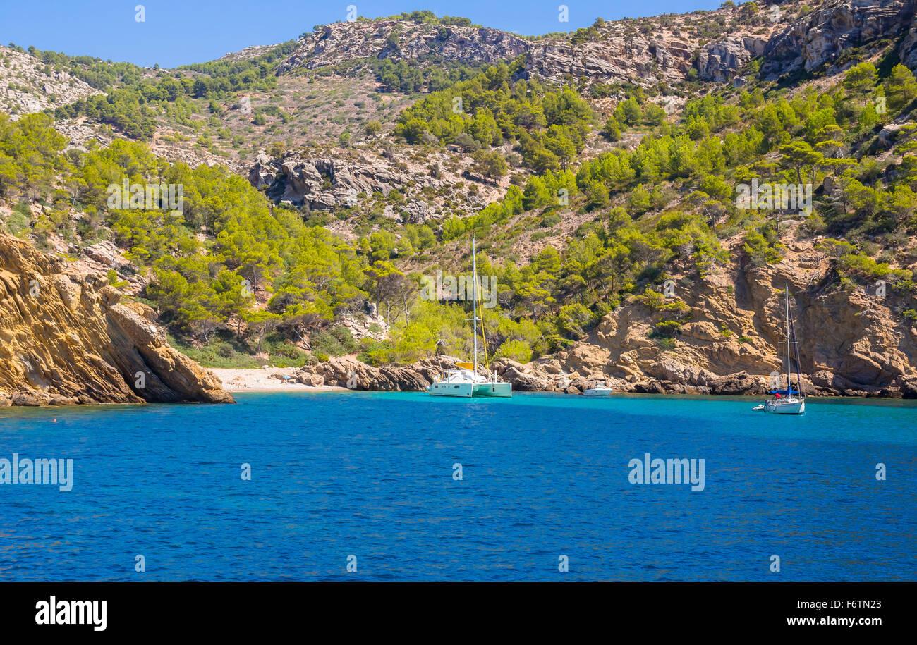 Spain, Mallorca, Region Andratx, Punta de Sa Dent, bay and boats - Stock Image