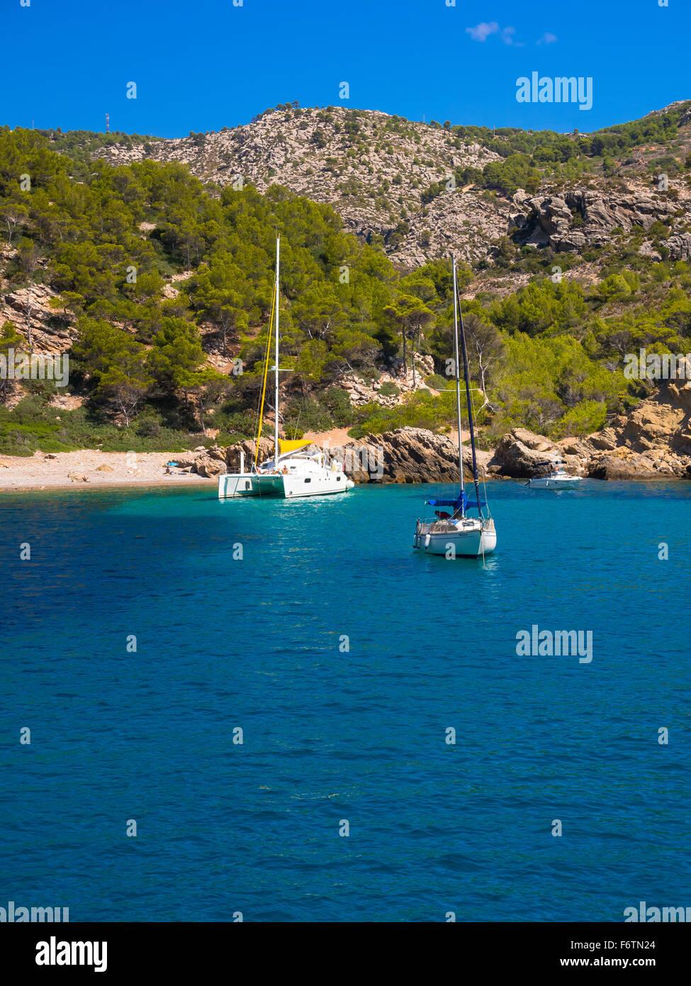 Spain, Mallorca, Region Andratx, Punta de Sa Dent, beach and boats - Stock Image